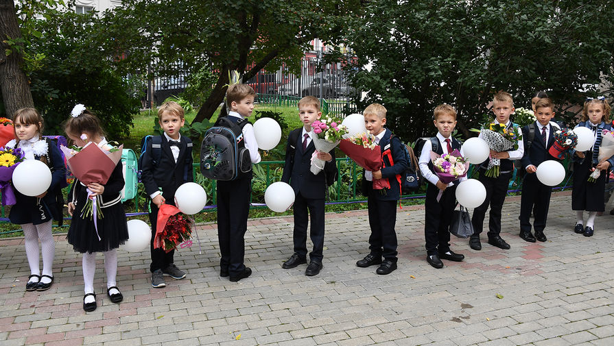 Первоклассники во время линейки в школе №1520 в Москве, 1 сентября 2020 года