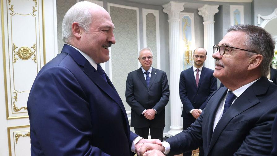 Президент Белоруссии Александр Лукашенко и президент Международной федерации хоккея на льду (IIHF) Рене Фазель во время встречи во Дворце независимости в Минске, 11 января 2021 года
