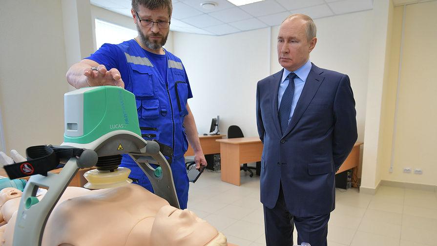 Президент России Владимир Путин во время осмотра учебного класса в новом здании станции скорой медицинской помощи № 4 в городе Пушкине, 28 апреля