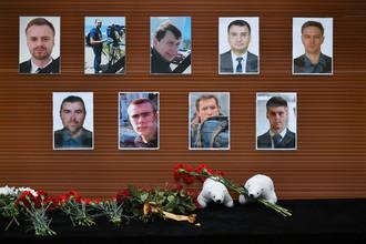 Цветы, возложенные у телевизионного центра «Останкино» к фотографиям журналистов, погибших при крушении самолета Минобороны РФ Ту-154 у побережья Черного моря в Сочи