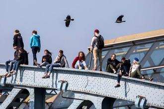 Горожане на Андреевском мосту в Центральном парке культуры и отдыха имени Горького, 2018 год