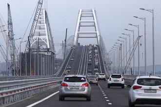 Автомобили во время движения по Крымском мосту через Керченский пролив