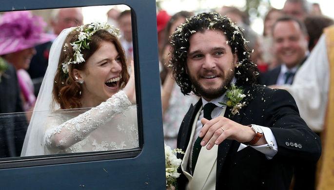 Роуз Лесли и Кит Харингтон после свадебной церемонии в шотландском Абердиншире, 23 июня 2018 года
