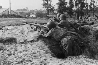 Бойцы Войска Польского во время боя в Праге под Варшавой, 15 сентября 1944 года