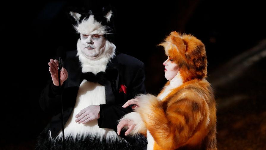 Джеймс Корден и Ребел Уилсон в костюмах из «Кошек» во время церемонии награждения кинопремии «Оскар» в Лос-Анджелесе, 9 февраля 2020 года