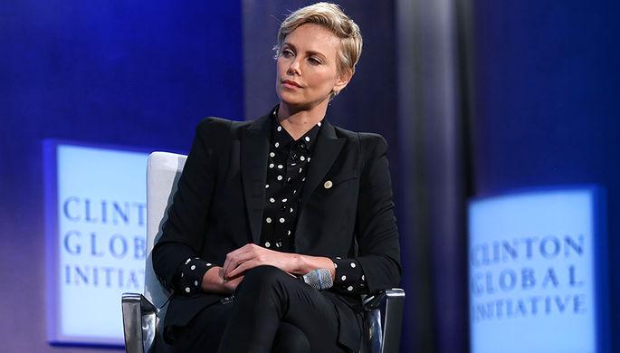 Южноафриканская звезда Шарлиз Терон также поддержала Клинтон деньгами, однако на мероприятиях в ее...