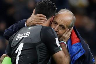 Вратарь сборной Италии Джанлуиджи Буффон и тренер сборной Джампьеро Вентура после проигрыша Швеции в стыковом матче, 13 ноября 2017 года