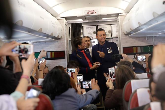 Бортпроводники Паула Подест и Карлос Чуффарди после венчания на борту самолета по пути из Сантьяго в Икике в Чили, 18 января 2018 года