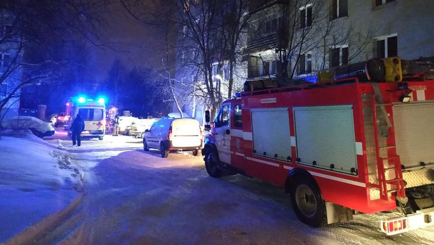 На месте пожара в девятиэтажном жилом доме в Екатеринбурге, 12 января 2021 года