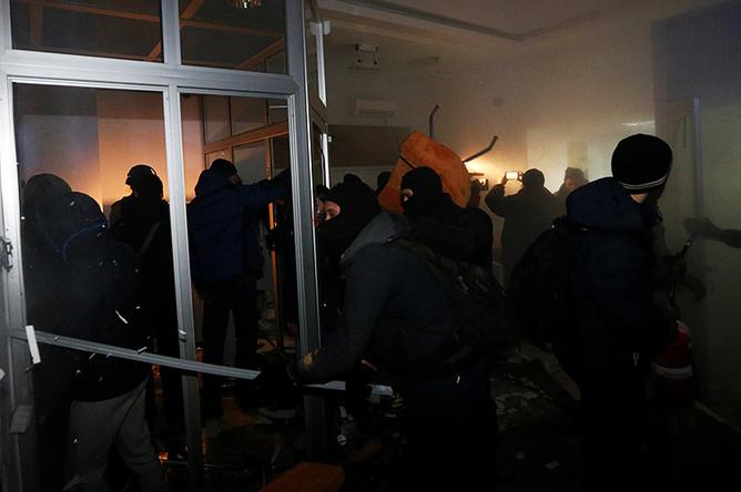 Митингующие в отделении Сбербанка в центре Киева