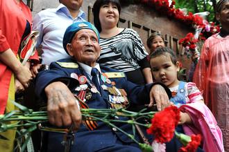 Ветеран Великой Отечественной войны во время празднования 70-летия Победы в столице Казахстана Алма-Ате, 2015 год