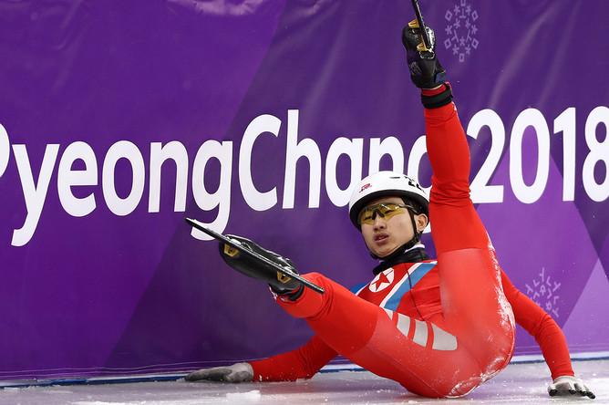 Спортсмен из КНДР Йон Кван Пом во время квалификационного забега на 500 метров на соревнованиях по шорт-треку среди мужчин на XXIII зимних Олимпийских играх, 20 февраля 2018