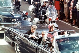 Президент США Джон Кеннеди в лимузине на улице Далласе за несколько минут до покушения, 22 ноября 1963 года