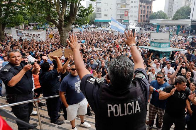 В Аргентине полицейские устроили забастовку, требуя повышения зарплаты