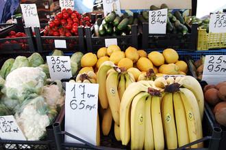 Фрукты и овощи на рынке в Севастополе