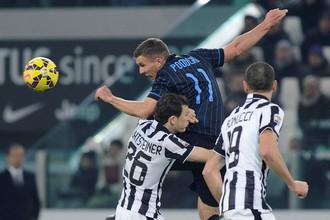 Лукас Подольски (№11) может считать успешным свой дебют в «Интере» – его новая команда остановила на выезде «Ювентус»