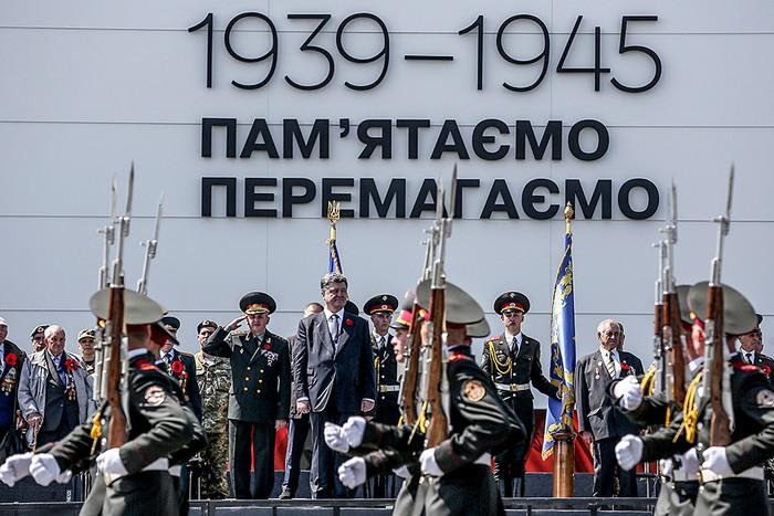 Президент Украины Петр Порошенко на торжествах у монумента «Родина-мать» по случаю 70-й...