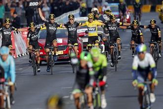 Британский велогонщик Кристофер Фрум с товарищами по команде