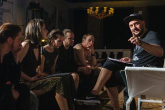 Художественный руководитель «Гоголь-центра» Кирилл Серебренников с актерами на генеральном прогоне спектакля «Сон в летнюю ночь»
