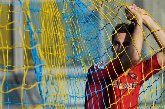 Игрок команды «Кальяри» Давиде Астори на матче против «Пармы» 21 апреля 2012 года