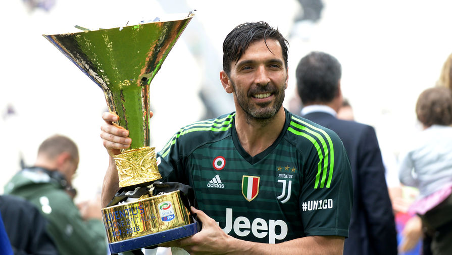 Джанлуиджи Буффон с трофеем чемпиона Италии-2017/18