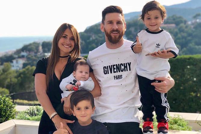 Лионель Месси и его жена Антонелла Роккуццо. У супругов трое детей, а поженилась пара только в 2017 году