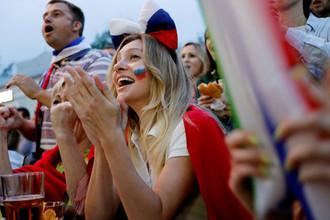 Болельщики сборной России радуются голу во время 1/4 финала чемпионата мира по футболу в матче с Хорватией