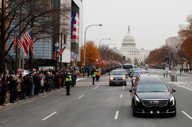Кортеж с телом Джорджа Буша-старшего на подъезде к Вашингтонскому национальному собору, 5 декабря 2018 года