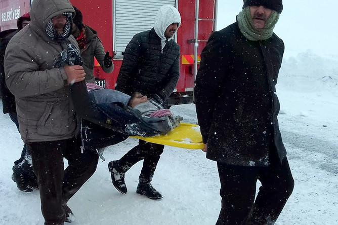 Спасательные работы на месте схода лавины в турецкой провинции Ван, 5 февраля 2020 года