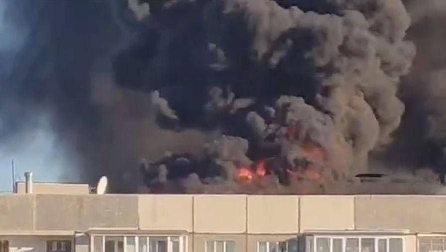 В Тюмени горит крыша девятиэтажного жилого дома