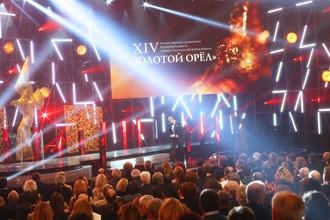 На церемонии вручения наград премии «Золотой орел» за заслуги в области российского кинематографа в первом павильоне киноконцерна «Мосфильм»