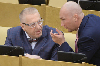 Лидер ЛДПР Владимир Жириновский (слева) и заместитель председателя Государственной думы РФ Игорь Лебедев на пленарном заседании нижней палаты российского парламента