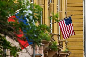 Российский и американский флаги на здании посольства США в Москве, июль 2017 года