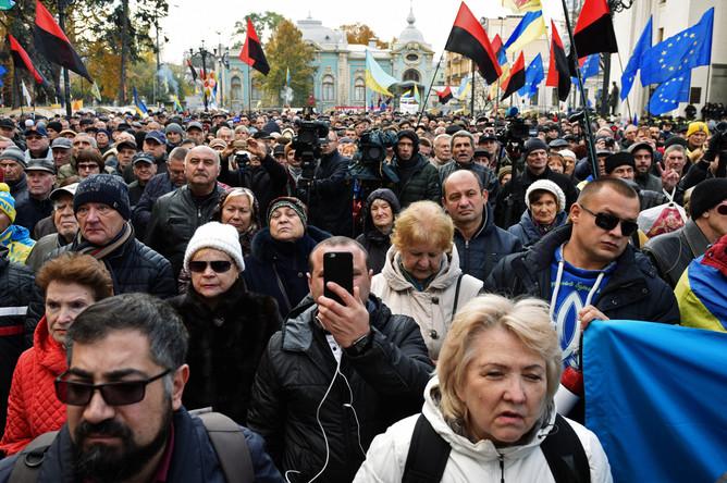 Участники протестного митинга перед зданием Верховной рады Украины в центре Киева, 22 октября 2017 года