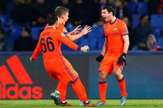 Футболисты ЦСКА празднуют гол в матче Лиги чемпионов с «Базелем»
