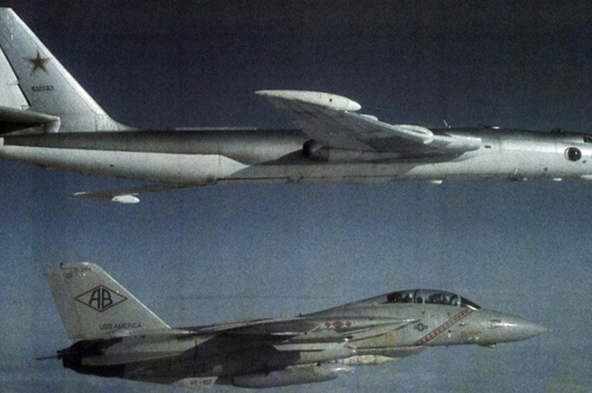 Американский истребитель F-14A преследует советский бомбардировщик М3 (по классификации НАТО «Bison-B»), 1982 год