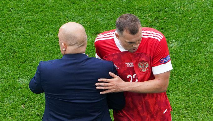 Главный тренер сборной России Станислав Черчесов и нападающий Артем Дзюба (справа) в матче второго тура группового этапа чемпионата Европы — 2020 против команды Финляндии.