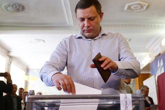 Глава ДНР Александр Захарченко во время предварительного общественного голосования на избирательном участке №34