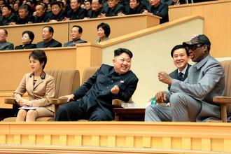 Северокорейский лидер Ким Чен Ын и Деннис Родман наблюдают баскетбольный матч между командами Северной Кореи и США, составленной из бывших игроков NBA, 2014 год