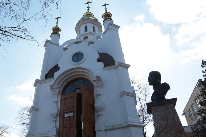 Бронзовый бюст императора Николая II возле часовни Святых Царственных мучеников в центре Симферополя