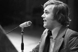 Советский композитор-песенник Евгений Мартынов во время выступления на концерте в Москве, 1976 год