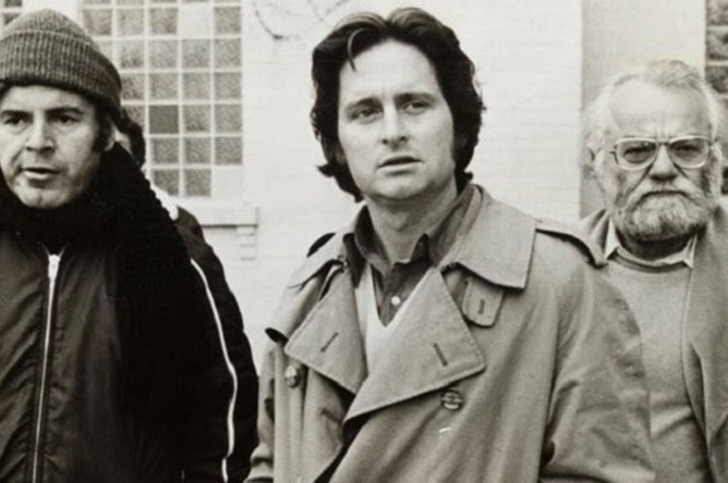 Актер Майкл Дуглас (в центре) в фильме «Пролетая над гнездом кукушки» (1975)