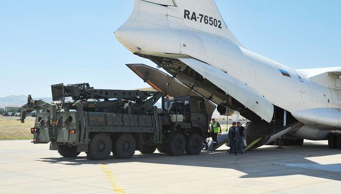 Разгрузка элементов российской системы С-400 на военном аэродроме около Анкары, август 2019 года