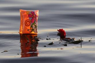 Цветы, брошенные в воду в память о погибших на теплоходе «Булгария»