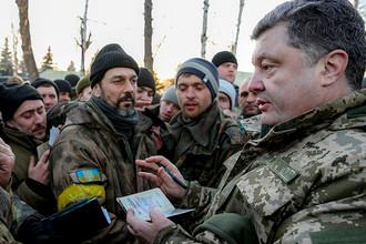 Президент Украины Петр Порошенко в городе Артемовске во время общения с украинскими военными, которые были перегруппированы из Дебальцево