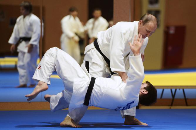 Президент России Владимир Путин (справа) во время тренировки с российской сборной по дзюдо в Южном федеральном центре спортивной подготовки сборных команд «Юг Спорт»