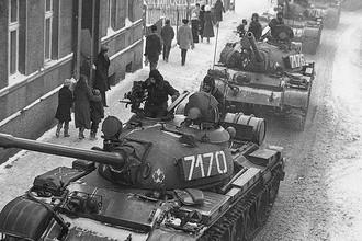 Колонна танков Т-55 в городе Збоншинек, 13 декабря 1981 года