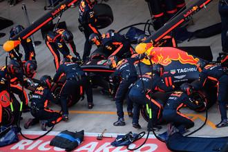 Гонщик команды «Ред Булл» Макс Ферстаппен во время пит-стопа в гонке на российском этапе чемпионата мира по кольцевым автогонкам в классе «Формула-1»