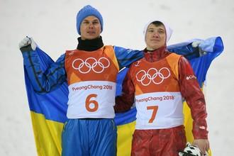 Украинец Александр Абраменко и россиянин Максим Буров после финиша в лыжной акробатике на Олимпиаде