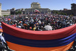 Сторонники армянского оппозиционного лидера Никола Пашиняна во время митинга вцентре Еревана, 1 мая 2018 года